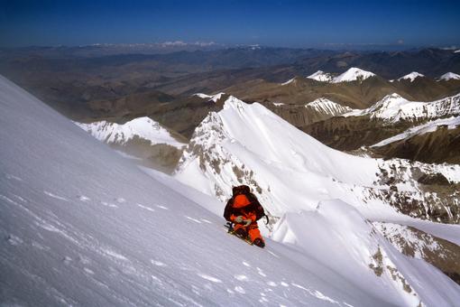 Pod vrhom Siguang Rija (7309 m), zadaj Zero peak (6700 m)