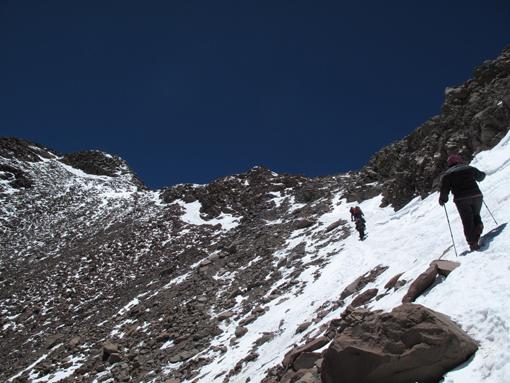 Zadnji del vzpona, na vrhu t.i. Canalete. Glavni vrh skrajno levo.