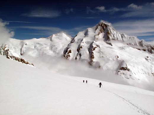 Sami samcati v prostranstvu Bernskih Alp. Ob vzponu na Wysnollen (3590 m), zadaj Finsteraarhorn (4273 m) najvišji vrh Bernskih Alp.