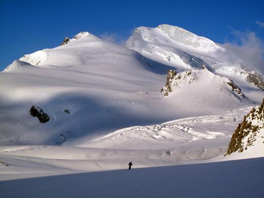 Levo Fluchthorn (3790 m), desno Strahlhorn (4176 m)