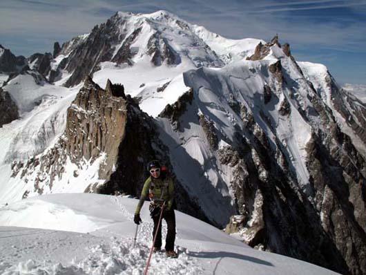 Metka pod vrhom Aig. du Plana. Najtezji del poteka po grebenu vidnem za njo.