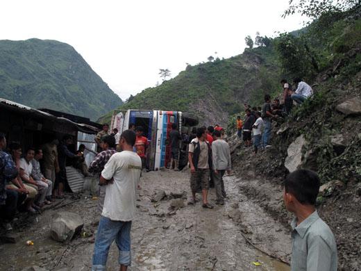 Pot do nepalske meje je bila pravo nasprotje kasnejše poti preko Tibeta. Zemeljski plazovi in prevrnjen kamion sta bila vzrok za celodnevno cijazenje sicer štiri ure dolge vožnjo.