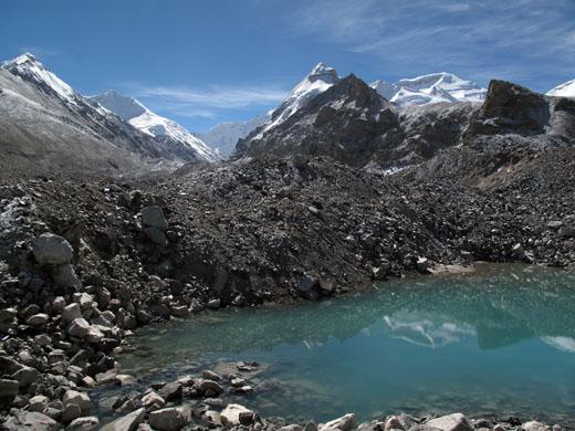 Prijetno presenečenje med dostopom do baze je bil pogled na Siguang Ri (7309 m), ki smo ga preplezali deset let nazaj iz druge doline. Na desni vrh Čo Oja.