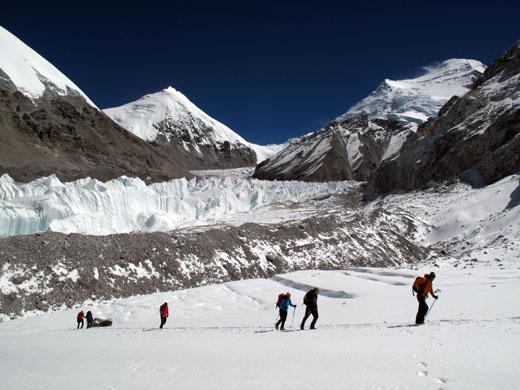 Med nekajdnevnim čakanjem na izboljšanje razmer smo se odpravili na krajši sprehod do slovitega sedla Nangpa La (5720 m)