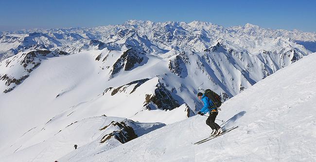 Prvi zavoji z vrha Blinenhorna (3374 m). Na obzorju vališki velikani z Monte Roso in Weishornom na čelu.