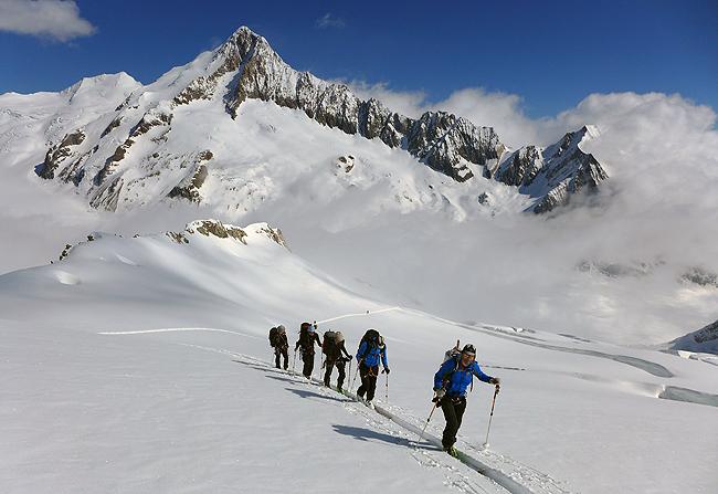 V prostranstvu Bernskih Alpa s prvakom,  Finsterarhornom (4272 m) v ozadju