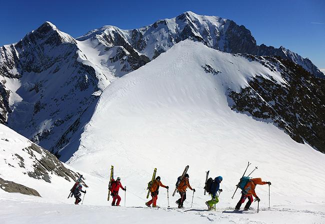 Prečenje Domes de Miage, zadaj Mont Blanc s svojo