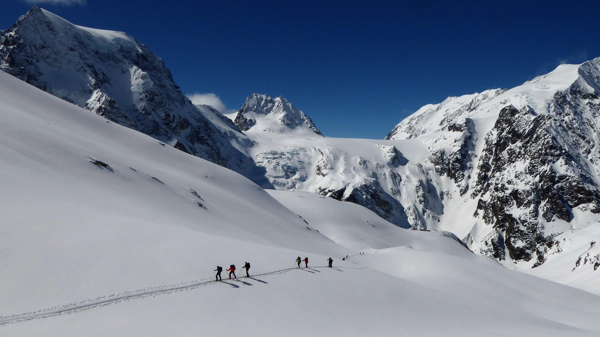 Med mogočnimi gorami, znamenita Haute Route. V ozadju Mont Collon (3637 m), Petit Mont Collon (3556 m) in Pigne d'Arolla (3796 m).