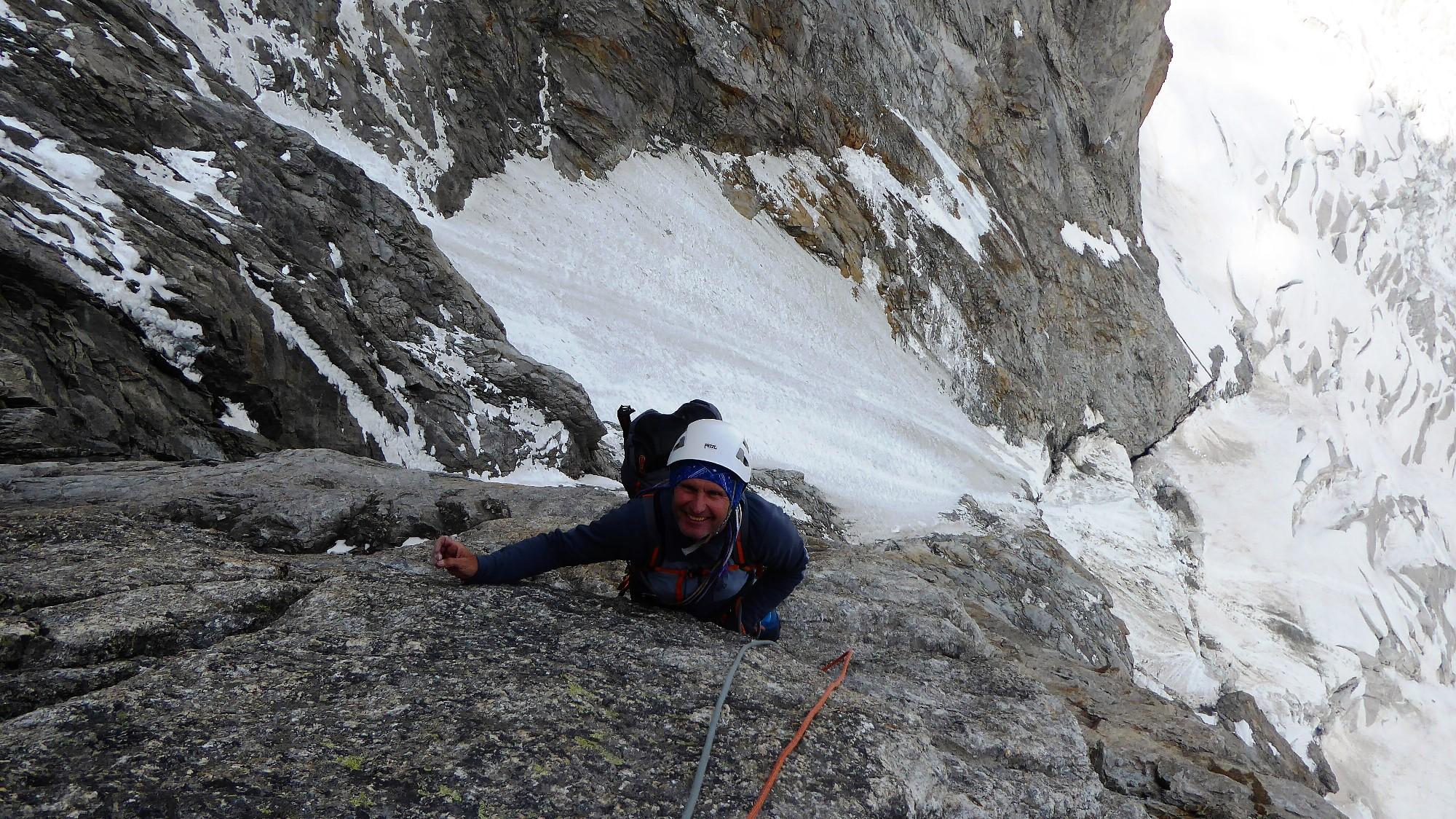 Čudovito plezanje, ki kljub težkemu nahrbtniku raztegne usta.